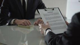 Ανάγνωση υπαλλήλων τράπεζας και υπογραφή της σύμβασης δανείου, πελάτης που λαμβάνει την πίστωση φιλμ μικρού μήκους