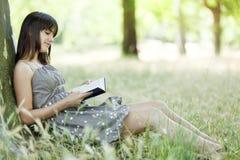 ανάγνωση φύσης κοριτσιών στοκ εικόνες με δικαίωμα ελεύθερης χρήσης