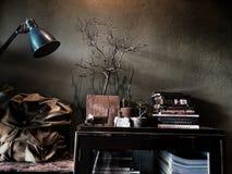 Ανάγνωση Conner στον καφέ με το σκοτεινό ελαφρύ, εκλεκτής ποιότητας ύφος στοκ εικόνα με δικαίωμα ελεύθερης χρήσης
