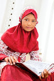 ανάγνωση koran κοριτσιών Στοκ εικόνα με δικαίωμα ελεύθερης χρήσης
