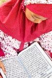 ανάγνωση koran παιδιών Στοκ εικόνες με δικαίωμα ελεύθερης χρήσης