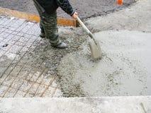Ανάδοχος που βάζει τη νέα βάση συγκεκριμένων πεζοδρομίων στον κήπο Οικοδόμηση ιδρύματος για την επίστρωση, πορεία Στοκ Φωτογραφία