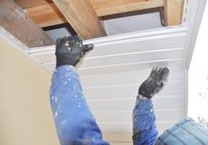 Ανάδοχος που εγκαθιστά υλικού κατασκευής σκεπής soffit και λωρίδων τους πίνακες στοκ φωτογραφίες