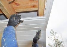 Ανάδοχος που εγκαθιστά soffit τους πίνακες στην κατασκευή υλικού κατασκευής σκεπής σπιτιών στοκ εικόνες