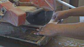 Ανάδοχος που εργάζεται σε ένα πριόνι κεραμιδιών απόθεμα βίντεο