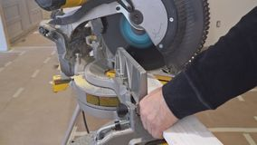 Ανάδοχος που χρησιμοποιεί το κυκλικό σχήμα κορωνών πριονιών τέμνον για την ανακαίνιση απόθεμα βίντεο