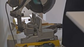 Ανάδοχος που χρησιμοποιεί το κυκλικό τέμνον σχήμα πριονιών για την ανακαίνιση φιλμ μικρού μήκους
