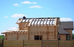 Ανάδοχος Roofer Η επισκευή οικοδόμων και βάζει τα βότσαλα στεγών βοτσάλων ασφάλτου στην ξύλινη στέγη σπιτιών Στοκ εικόνες με δικαίωμα ελεύθερης χρήσης