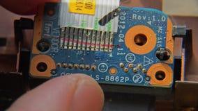 Ανάλυση του εξοπλισμού για τα ανταλλακτικά τσιπ Αποσυνθέστε το lap-top Ενημερώστε τον υπολογιστή στα μικρά μέρη Μακρο κινηματογρά απόθεμα βίντεο
