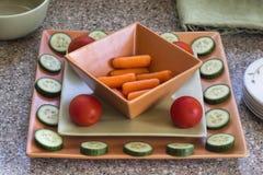 Ανάμεικτα ακατέργαστα veggies στα ζωηρόχρωμα πιάτα Στοκ εικόνα με δικαίωμα ελεύθερης χρήσης