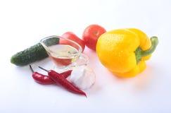 Ανάμεικτα λαχανικά, φρέσκο πιπέρι κουδουνιών, ντομάτα, πιπέρι τσίλι, αγγούρι, ελαιόλαδο, σκόρδο και μαρούλι που απομονώνονται στο Στοκ εικόνα με δικαίωμα ελεύθερης χρήσης