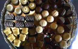 ανάμεικτα γλυκά στον πίνακα κομμάτων Στοκ Εικόνα