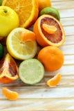 Ανάμεικτα εσπεριδοειδή - λεμόνι, manadarin, πορτοκάλι στοκ εικόνα