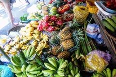 Ανάμεικτα ζωηρόχρωμα φρούτα στην αγορά Στοκ φωτογραφία με δικαίωμα ελεύθερης χρήσης