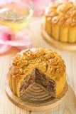 Ανάμεικτα καρύδια φρούτων mooncakes με το τσάι Στοκ Εικόνα