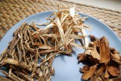 Ανάμεικτα κινεζικά παραδοσιακά χορτάρια ιατρικής σε ένα πιάτο Στοκ φωτογραφία με δικαίωμα ελεύθερης χρήσης