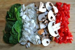 Ανάμεικτα λαχανικά σε έναν τέμνοντα πίνακα στοκ εικόνες με δικαίωμα ελεύθερης χρήσης