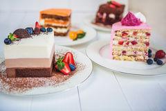 Ανάμεικτα μεγάλα κομμάτια των διαφορετικών κέικ: τρία σοκολάτα, καρότο, φράουλα, σοκολάτα Τα κέικ είναι διακοσμημένα με τα μούρα στοκ φωτογραφίες με δικαίωμα ελεύθερης χρήσης