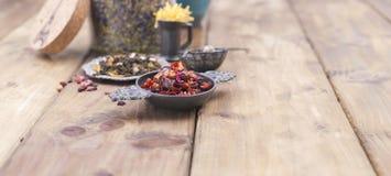 Ανάμεικτα ξηρά λουλούδια και τσάι σε ένα ξύλινο υπόβαθρο υγεία φυσική Aromatherapy Ελεύθερου χώρου για το κείμενο διάστημα αντιγρ Στοκ φωτογραφία με δικαίωμα ελεύθερης χρήσης