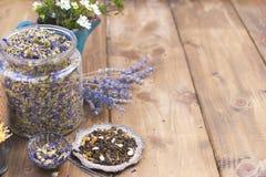 Ανάμεικτα ξηρά λουλούδια και τσάι σε ένα ξύλινο υπόβαθρο υγεία φυσική Aromatherapy Ελεύθερου χώρου για το κείμενο διάστημα αντιγρ Στοκ εικόνα με δικαίωμα ελεύθερης χρήσης