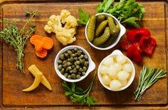 Ανάμεικτα παστωμένα λαχανικά & x28 κρεμμύδια, κάπαρες, cucumbers& x29  Στοκ Εικόνα