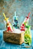 Ανάμεικτα ποτά θερινών φρούτων στην επίδειξη στοκ φωτογραφία