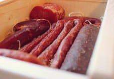 Ανάμεικτα προϊόντα κρέατος συμπεριλαμβανομένου του ζαμπόν και των λουκάνικων Στοκ Φωτογραφία