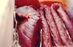 Ανάμεικτα προϊόντα κρέατος συμπεριλαμβανομένου του ζαμπόν και των λουκάνικων Στοκ Εικόνα