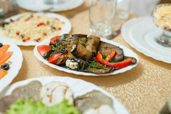 Ανάμεικτα πρόχειρα φαγητά που εξυπηρετούνται στον πίνακα στοκ φωτογραφίες