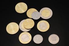 Ανάμεικτα σαουδαραβικά νομίσματα σε ένα μαύρο υπόβαθρο στοκ φωτογραφίες