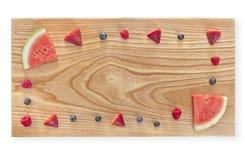 Ανάμεικτα σύνορα φρούτων σε έναν τέμνοντα πίνακα στοκ εικόνα με δικαίωμα ελεύθερης χρήσης