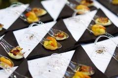 Ανάμεικτα τρόφιμα δάχτυλων στα φανταχτερά κουτάλια Στοκ Φωτογραφία
