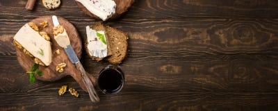 Ανάμεικτα τυριά στον ξύλινο πίνακα Στοκ φωτογραφία με δικαίωμα ελεύθερης χρήσης