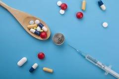 Ανάμεικτα φαρμακευτικά χάπια, ταμπλέτες και κάψες ιατρικής επάνω Στοκ εικόνες με δικαίωμα ελεύθερης χρήσης