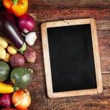 Ανάμεικτα φρέσκα λαχανικά πτώσης και μια εκλεκτής ποιότητας πλάκα Στοκ Εικόνα