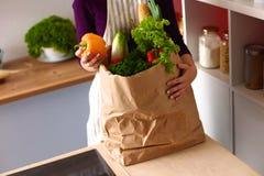 Ανάμεικτα φρούτα και λαχανικά στο καφετί παντοπωλείο στοκ φωτογραφίες με δικαίωμα ελεύθερης χρήσης