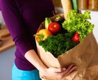 Ανάμεικτα φρούτα και λαχανικά στο καφετί παντοπωλείο στοκ εικόνα