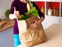 Ανάμεικτα φρούτα και λαχανικά στο καφετί παντοπωλείο στοκ εικόνα με δικαίωμα ελεύθερης χρήσης