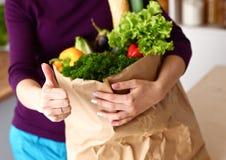 Ανάμεικτα φρούτα και λαχανικά στο καφετί παντοπωλείο στοκ φωτογραφία με δικαίωμα ελεύθερης χρήσης