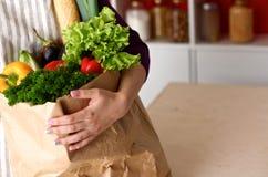 Ανάμεικτα φρούτα και λαχανικά στο καφετί παντοπωλείο στοκ εικόνες με δικαίωμα ελεύθερης χρήσης