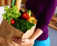 Ανάμεικτα φρούτα και λαχανικά στο καφετί παντοπωλείο στοκ εικόνες