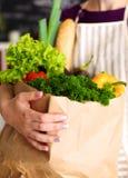 Ανάμεικτα φρούτα και λαχανικά στο καφετί παντοπωλείο στοκ φωτογραφία
