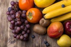 Ανάμεικτα φρούτα στο ξύλινο backgound Στοκ Εικόνα