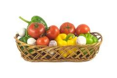 Ανάμεικτα ώριμα λαχανικά στο ψάθινο καλάθι που απομονώνεται Στοκ Φωτογραφία