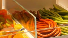 Ανάμεικτες ζωηρόχρωμες καραμέλες ζελατίνας στο μετρητή σε ένα κατάστημα αγοράς τροφίμων, γερμανικά ονόματα καραμελών, απόθεμα βίντεο