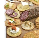 Κροτίδα με το σαλάμι, το τυρί και τις εμβυθίσεις Στοκ Φωτογραφία