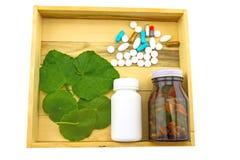 Ανάμεικτη ιατρική μπουκαλιών και πράσινο φύλλο ασιατικού Pennywort Στοκ Φωτογραφίες