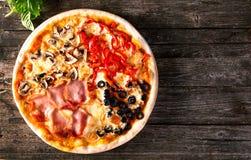 Ανάμεικτη πίτσα με το μπέϊκον, τα μανιτάρια, τα πιπέρια και τις ελιές Στοκ φωτογραφία με δικαίωμα ελεύθερης χρήσης