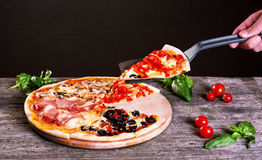 Ανάμεικτη πίτσα με το μπέϊκον, τα μανιτάρια, τα πιπέρια και τις ελιές Στοκ Εικόνα