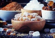 Ανάμεικτοι διαφορετικοί τύποι ζαχαρών στα κύπελλα σε έναν πίνακα σε ένα σκοτάδι στοκ φωτογραφίες με δικαίωμα ελεύθερης χρήσης